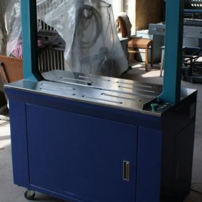 Automat do wiązania paczek taśmą