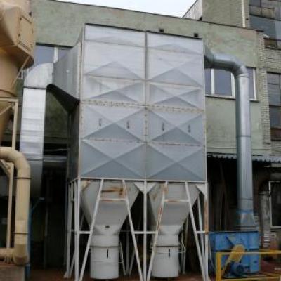 Instalacja odpylajaca zespołu zgrzeblaco igłujaceg