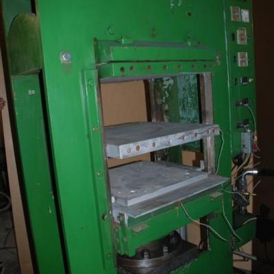 Prasa hydrauliczna do gumy - stół 600 x 600 mm